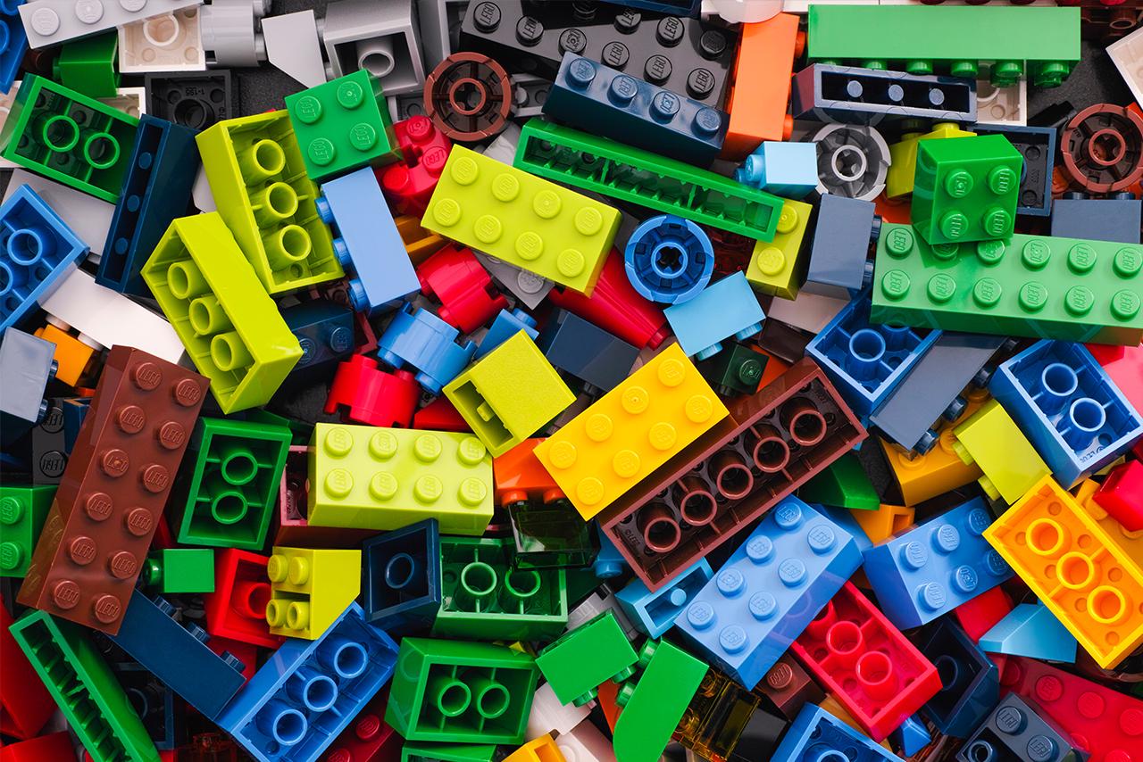 Foto mit Lego-Steinen in verschiedenen Farben